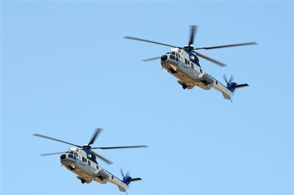 会場上空を飛行するEC225LP特別輸送ヘリコプター=2月25日、千葉県木更津市