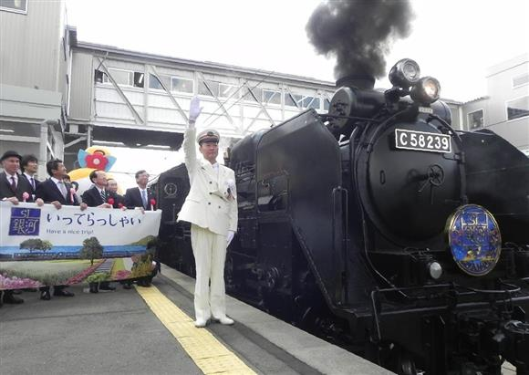 JR花巻駅を出発するSL銀河の1番列車=岩手県花巻市