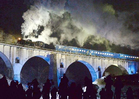団体専用列車「SL銀河ナイトクルーズ」として運行され、ライトアップされためがね橋を通過するJR釜石線のSL列車「SL銀河」。「銀河鉄道の夜」のような美しさに鉄道ファンらは息をのんだ=平成26年12月6日午後、岩手県遠野市(大西史朗撮影)
