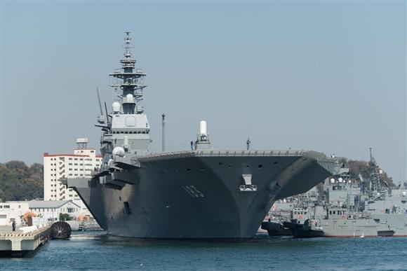 タグボートに曳かれて出港する護衛艦「いずも」=神奈川県横須賀市