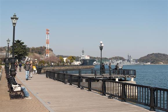 ヴェルニー公園のボードウォーク。奥には護衛艦「いずも」、試験艦「あすか」の姿も見える=神奈川県横須賀市