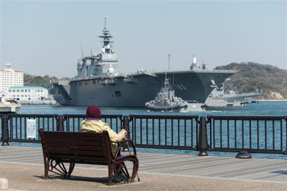 ヴェルニー公園は出港する護衛艦も間近で見ることが出来る=神奈川県横須賀市