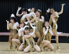 ド派手な衣装に全力ダンス!アラフォー・アラフィフ主婦集団「コマエンジェル」女性の共感呼び単独公演 博品館で