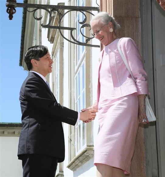 皇太子さま、デンマーク女王主催の昼食会ご出席:イザ!サイトナビゲーションPR皇太子さま、デンマーク女王主催の昼食会ご出席コペンハーゲン郊外のフレーデンスボー宮殿に到着し、女王マルグレーテ2世の出迎えを受けられる皇太子さま=18日(代表撮影・共同)その他の写真PRPRPRトレンドizaアクセスランキングピックアップizaスペシャルPRPR得ダネ情報PR