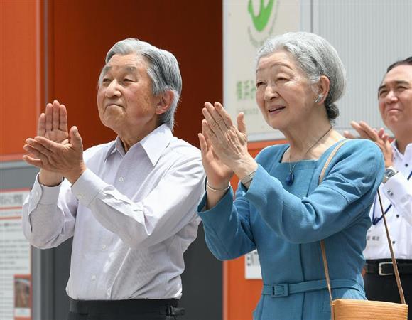 日本丸を視察され、船員らの登舷礼に拍手を送る天皇、皇后両陛下=17日、横浜市西区