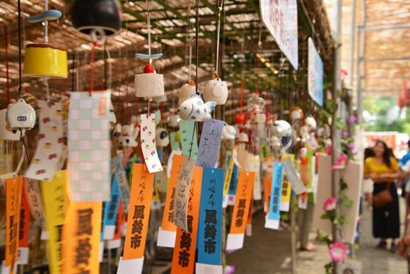 川崎大師で始まった「風鈴市」=19日午後、神奈川県川崎市(長谷川悠人撮影)