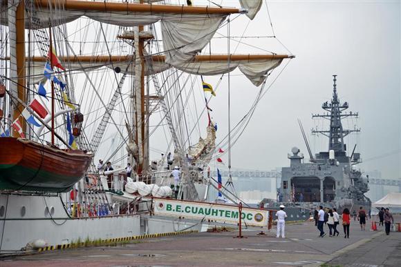 東京港に寄港したメキシコ海軍の練習帆船「クアウテモク」。奥はホストシップを務めた護衛艦「おおなみ」=6日、東京都中央区(長谷川悠人撮影)
