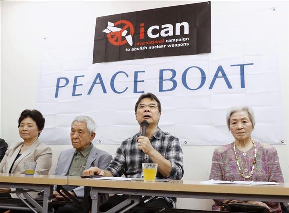 ICANのノーベル平和賞受賞決定について記者会見するピースボート共同代表の吉岡達也さん(中央右)と被爆者の三宅信雄さん(同左)ら=6日夜、東京・高田馬場