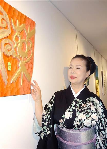 12日、パリの個展で作品を紹介する五月女紫映さん(三井美奈撮影)