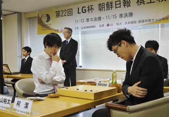 第22回LG杯朝鮮日報棋王戦の準決勝で柯潔九段(右)と対戦する井山裕太六冠=15日、日本棋院(伊藤洋一撮影)