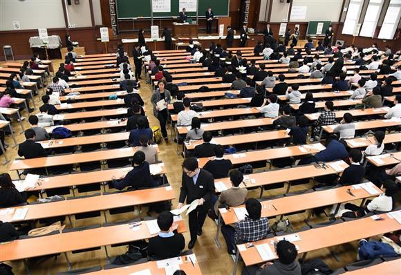 大学入試センター試験に臨む受験生ら=13日午前、東京都文京区の東京大学(川口良介撮影)