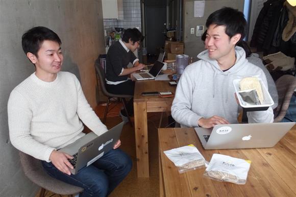 カップ麺式の新商品について協議するベースフードの橋本舜社長(右)と斎藤竜太取締役=東京都目黒区