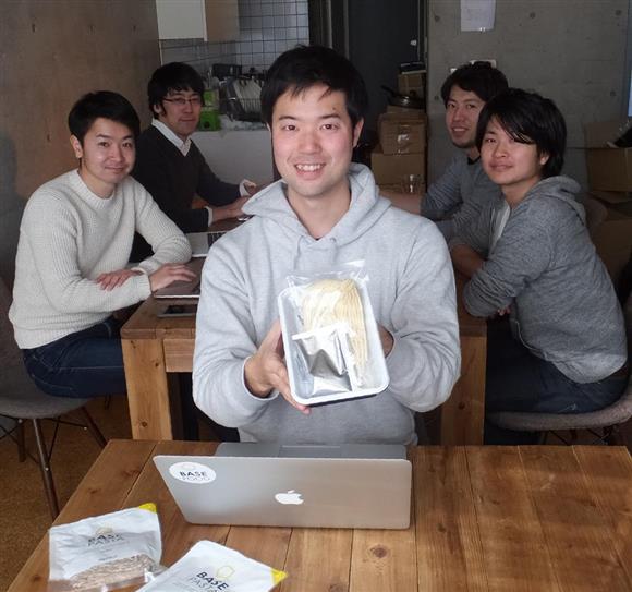 「完全栄養食カップ麺」を開発した橋本舜社長と「ベースフード」の社員ら。みんな若い=東京都目黒区