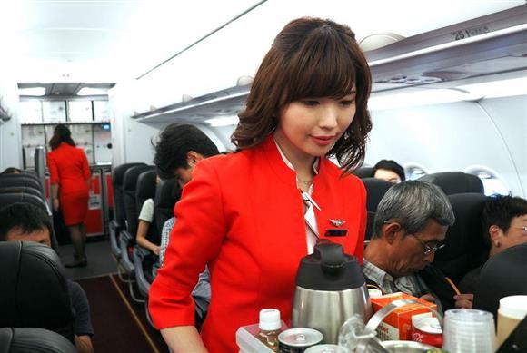 真っ赤なタイトジャケットで「女性らしさ」強調 エアアジア・ジャパン 3 :イザ!
