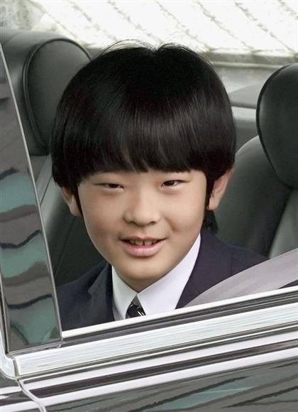 お茶の水女子大付属小の卒業報告に向かう秋篠宮家の長男悠仁さま