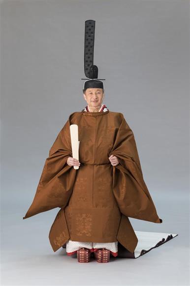 即位礼正殿の儀の装束である「黄櫨染御袍」を着用された天皇陛下(宮内庁提供)