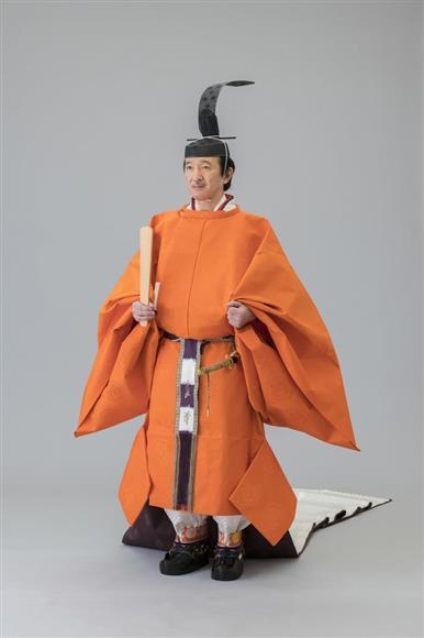 即位礼正殿の儀の装束である「黄丹袍」を着用し、帯剣された皇嗣秋篠宮さま(宮内庁提供)