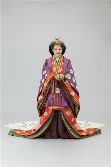 即位礼正殿の儀の装束である十二単を着用された秋篠宮ご夫妻の長女、眞子さま(宮内庁提供)