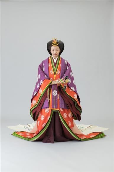 即位礼正殿の儀の装束である十二単を着用された秋篠宮ご夫妻の次女、佳子さま(宮内庁提供)