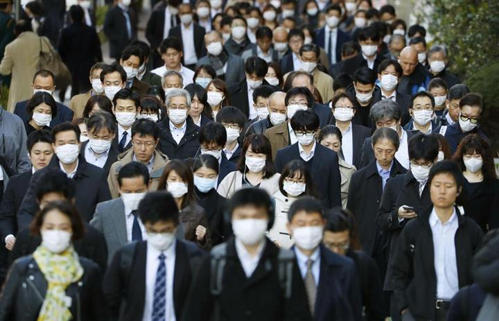 マスク姿で通勤する大勢の人たち。WHOは新型コロナ…|「終わり見えぬ」列島困惑 五輪… 写真1/1|イザ!