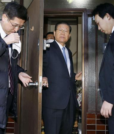 取材に応じるため家宅捜索を受けた自宅を出る朝鮮総連の許宗萬議長(中央)... 総連トップ宅捜索、