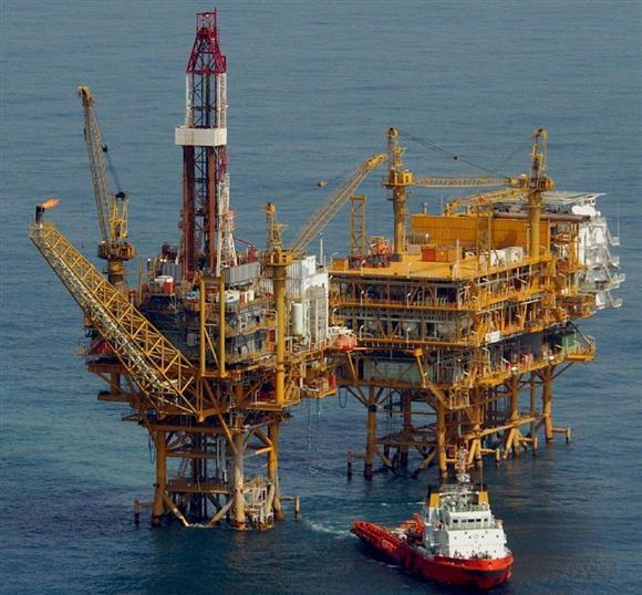東シナ海の中国の石油ガス田=2006年3月、日中国境線付近(本社ヘリから、矢島康弘撮影)