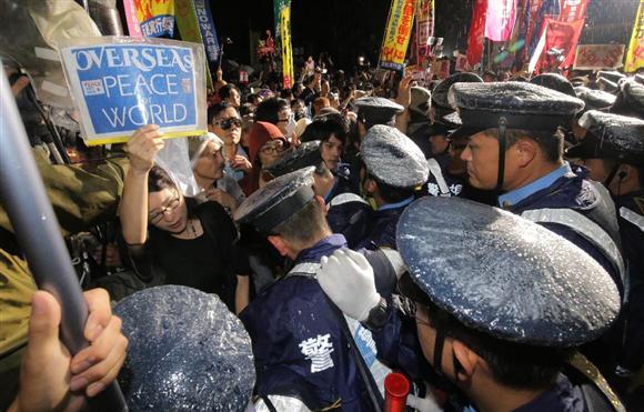 国会前の安保法案反対デモ。警官隊との小競り合いを繰り返すデモ隊=16日、国会前(早坂洋祐撮影)