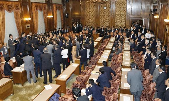 参院平和安全法制特別委で鴻池委員長への不信任動議が提出され、委員長席を取り囲む与野党の議員(左側)ら=17日午前9時50分