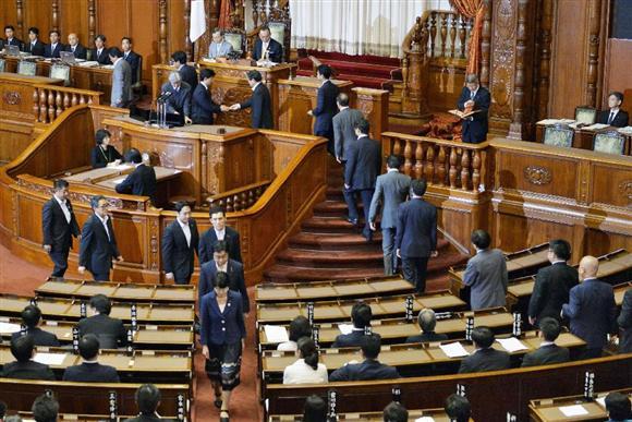 安保関連法案の採決が行われる参院本会議=9月19日午前2時2分