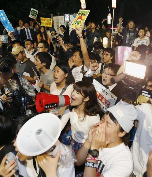 国会議事堂前では、法案が成立した後も法案に反対するグループの数十人が居座り、朝まで「安倍は辞めろ」「採決撤回」などと抗議を続けた=9月19日午前2時20分