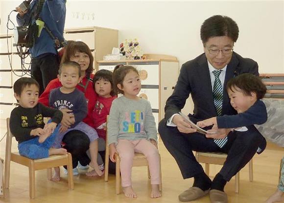 保育園を視察する加藤1億総活躍相=3月12日、大阪府枚方市