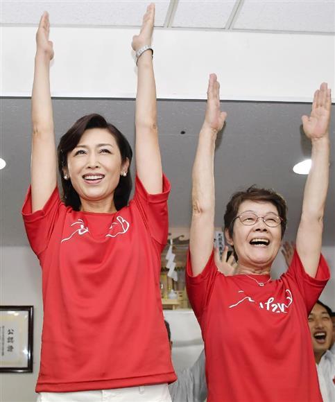 神奈川選挙区で当選を決め、母親(右)とともに万歳する自民党の三原じゅん子氏=7月10日夜、横浜市