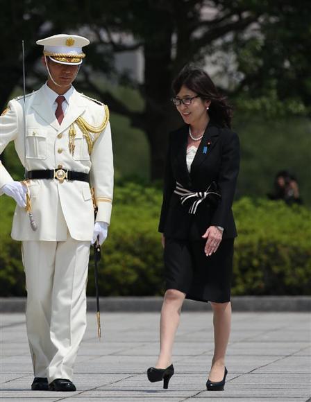 儀仗隊の栄誉礼を受ける稲田朋美防衛相=4日午後、... 儀仗隊の栄誉礼を受ける稲田朋美防衛相=4