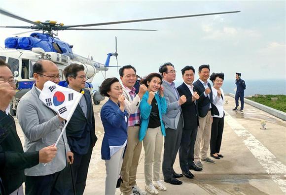 島根県の竹島に強行上陸した韓国の国会議員ら(フェ... 島根県の竹島に強行上陸した韓国の国会議員