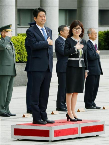 防衛省で栄誉礼を受ける安倍首相(左)と稲田防衛相... 防衛省で栄誉礼を受ける安倍首相(左)と稲