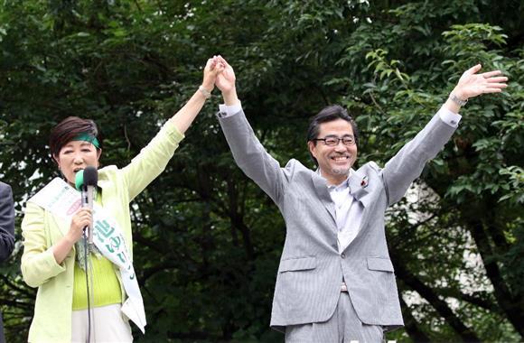 7月25日、街頭演説をする小池百合子氏(左)と若狭勝氏=東京都三鷹市(荻窪佳撮影)