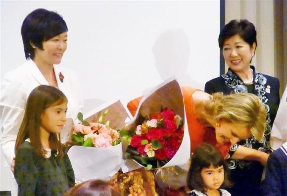 セミナーに出席し、女性が活躍する社会の実現を訴えた、安倍昭恵首相夫人(左)と東京都の小池百合子知事=10月11日、東京都内のホテル