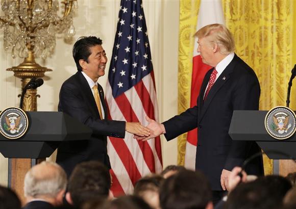 握手するドナルド・トランプ大統領