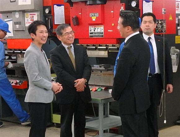 福島県飯舘村で、ロボット産業の工場を視察する民進党の蓮舫代表(左端)=2月27日午後
