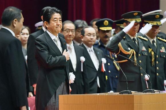 防衛大学校の卒業式に出席した安倍首相=19日午前、神奈川県横須賀市