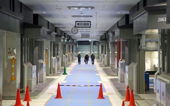 報道陣に公開された豊洲市場の水産仲卸売場棟。開場のめどは見通せず、内部は閑散としている =30日午後、東京都江東区(松本健吾撮影)