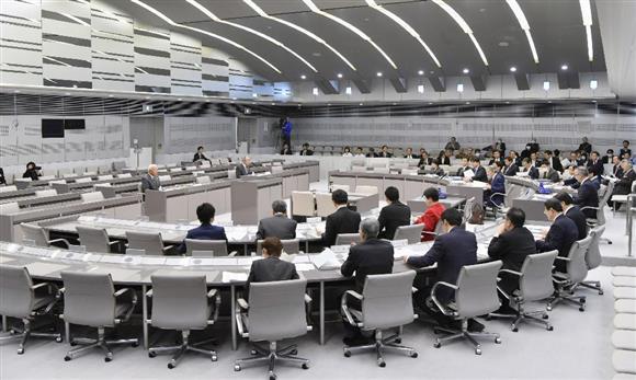 東京都庁で始まった豊洲市場の移転問題を検証する都議会の百条委員会=11日午後