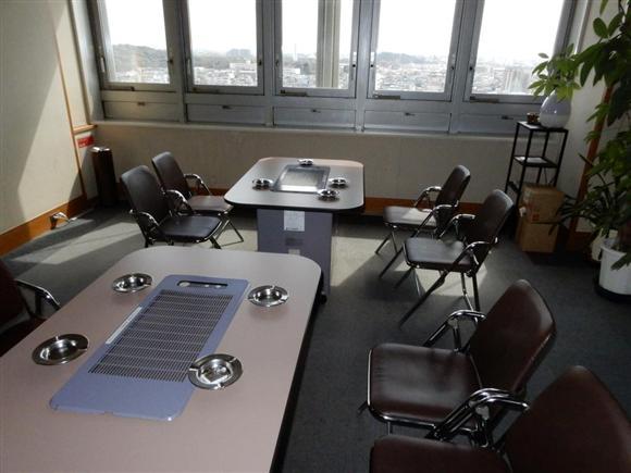 堺市役所本館11階の喫煙室。市内が一望できる=堺市堺区