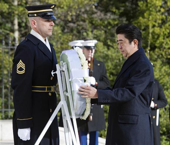 今年2月、米アーリントン国立墓地で無名戦士の墓に献花する安倍晋三首相。トランプ米大統領の靖国神社参拝も待たれる=ワシントン郊外(AP)