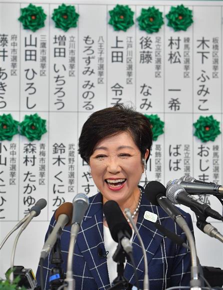 次々に当確の花がつけられる候補者ボードを前に、会見で笑顔を見せる小池百合子都知事(都民ファーストの会代表)=2日午後、東京都新宿区(納冨康撮影)