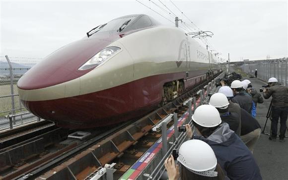 車輪幅の切り替わる軌間変換装置を通過するフリーゲージトレイン=3月、熊本県八代市