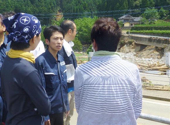 福岡県東峰村の豪雨被災現場で、住民から被害状況を聞く民進党の蓮舫代表(中央左)=15日