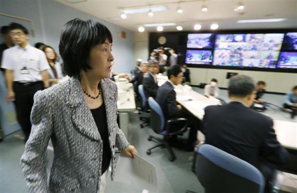 北朝鮮の弾道ミサイル発射を受け、北海道内各地を結んだテレビ会議に臨む高橋はるみ知事=15日午前8時59分、北海道庁(共同)