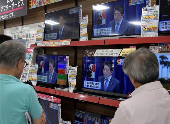 衆院選ではテレビ報道のあり方も問われている=25日、横浜市内の家電量販店