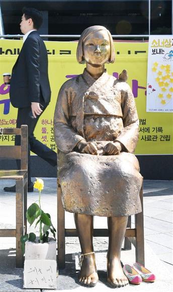 ソウルの在韓国日本大使館前の少女像=28日(共同)